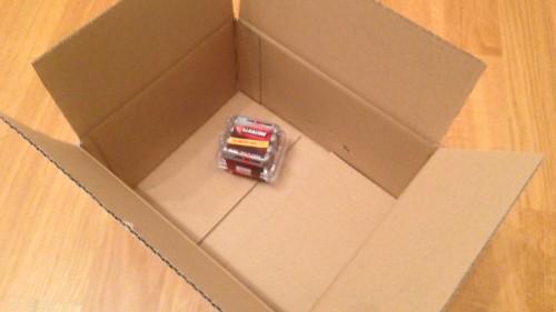 Batterien in einer viel zu grossen Schachtel