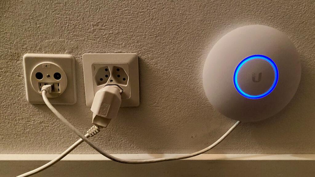 WLAN-Accesspoint mit Hausverkabelung verbunden
